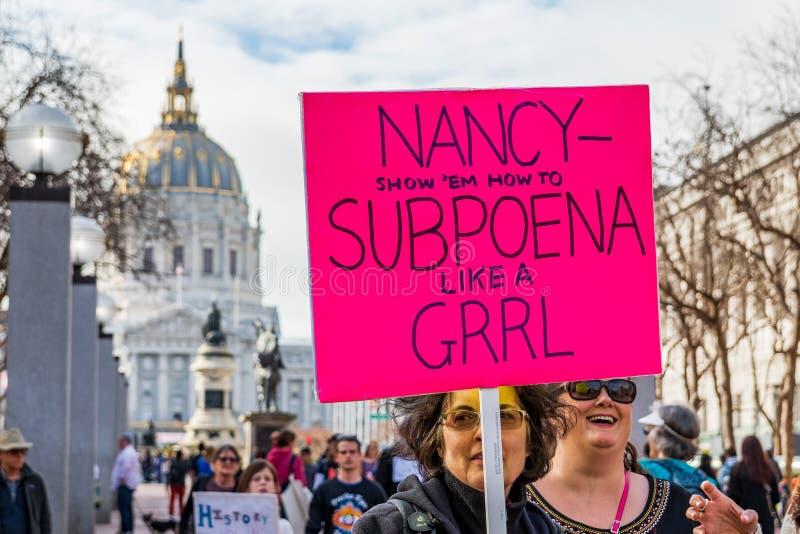 19 januari, 2019 San Francisco/CA/de V.S. - de Deelnemer aan de gebeurtenis van Maart van de Vrouwen houdt teken met een politiek royalty-vrije stock foto's