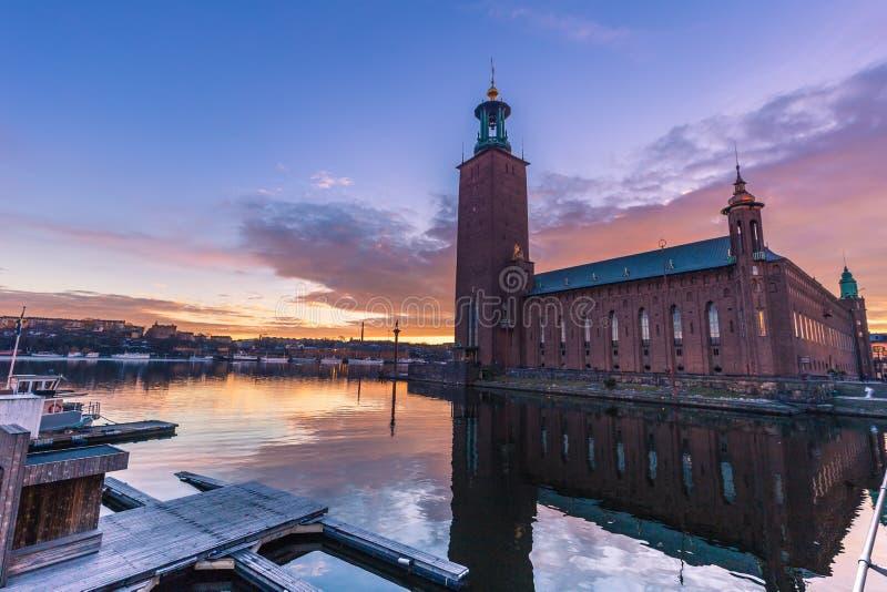 Januari 21, 2017: Solnedgång vid stadshuset av Stockholm, Sverige royaltyfri fotografi