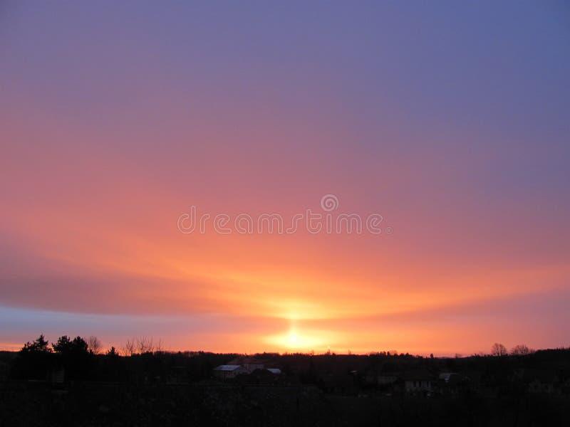 Januari soluppgång över byn royaltyfri foto