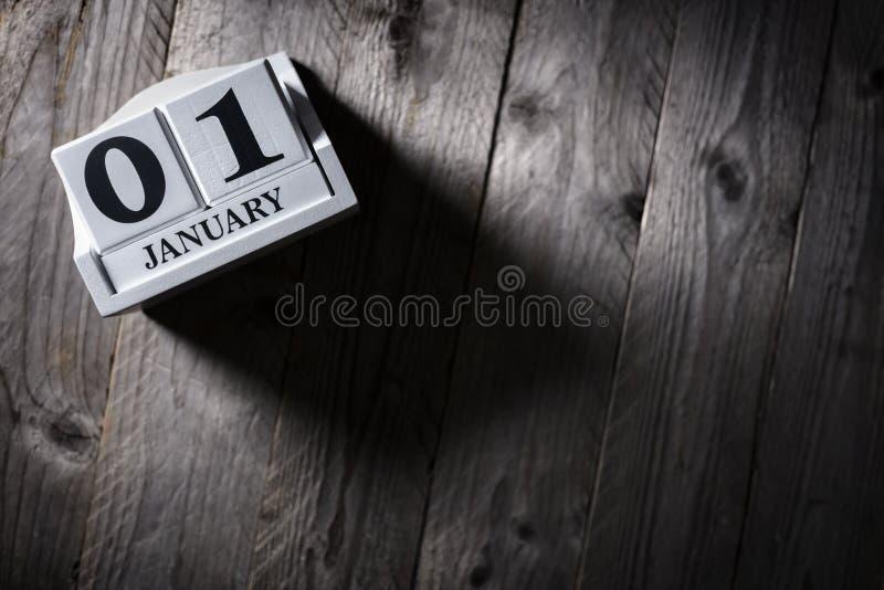 Januari 1st kalender på det wood bakgrundsbegreppet för nytt år royaltyfri bild