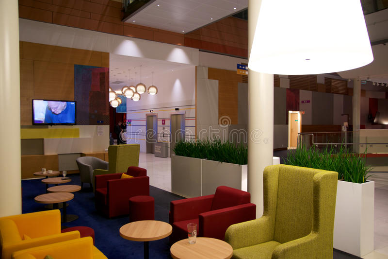 JANUARI, 2017 VAN OSLO, NOORWEGEN 20: Zitkamergebied van een hotel Fragment van de hal Binnenlands ontwerp, luchthavenhotel, Park stock afbeelding