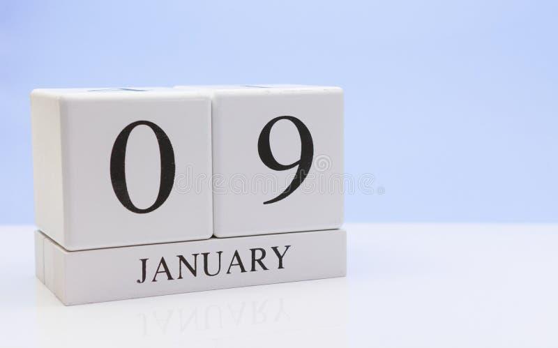 9 janvier jour 09 du mois, calendrier quotidien sur la table blanche avec la réflexion, avec le fond bleu-clair Horaire d'hiver,  photos stock