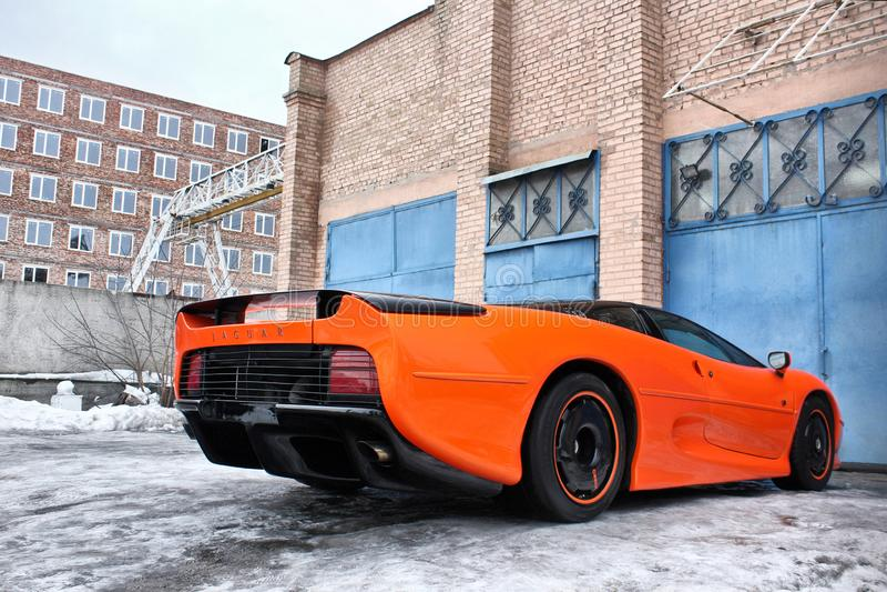 3 janvier 2013 ; Kiev, Ukraine Jaguar XJ220 1991 hypercar L'hiver froid neige photographie stock libre de droits