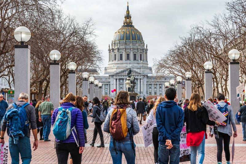 19 janvier 2019 San Francisco/CA/Etats-Unis - participants allant à l'emplacement de rassemblement de mars des femmes photo libre de droits