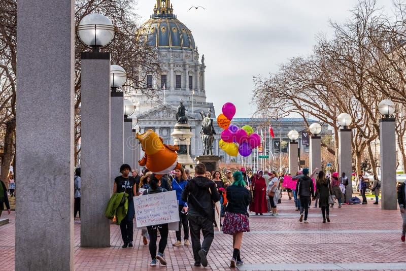 19 janvier 2019 San Francisco/CA/Etats-Unis - participants allant au à l'emplacement de rassemblement de mars des femmes, tenant  photo libre de droits