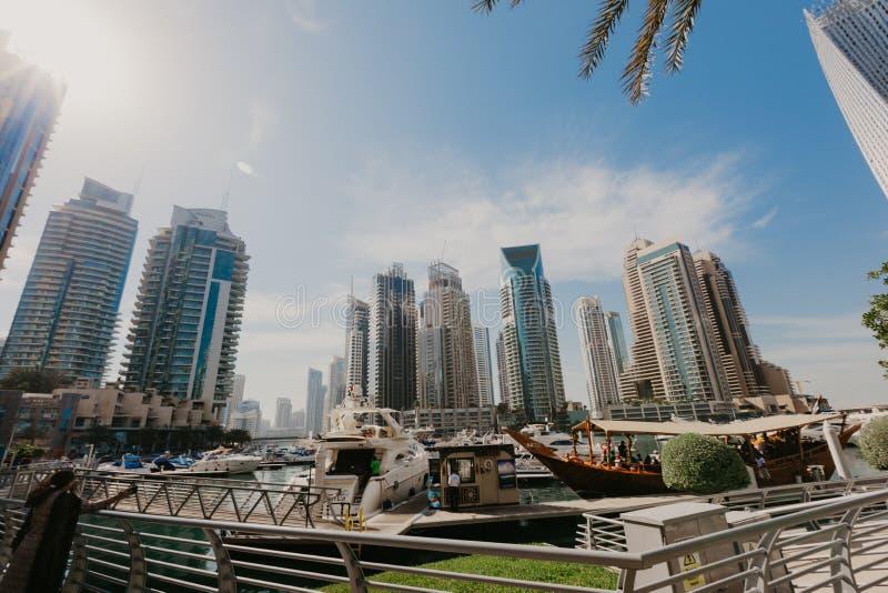 2 janvier 2019 Vue panoramique avec les gratte-ciel et le pilier modernes de l'eau de la marina de Dubaï, Emirats Arabes Unis photo libre de droits
