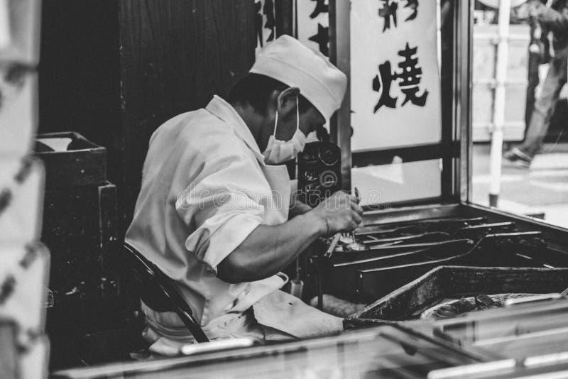 Japão B&W: Vendedor de alimento da rua fotografia de stock royalty free