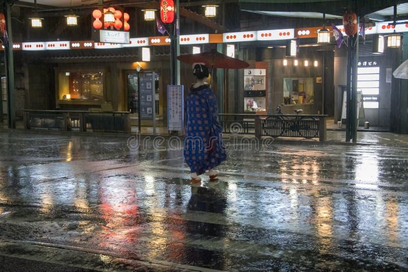 Japão, Kyoto - retrato da mulher japonesa tradicional Gion District na noite imagem de stock