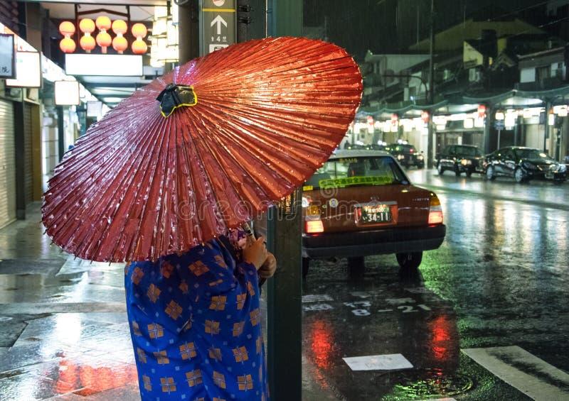 Japão, Kyoto - retrato da mulher japonesa tradicional Gion District na noite imagem de stock royalty free