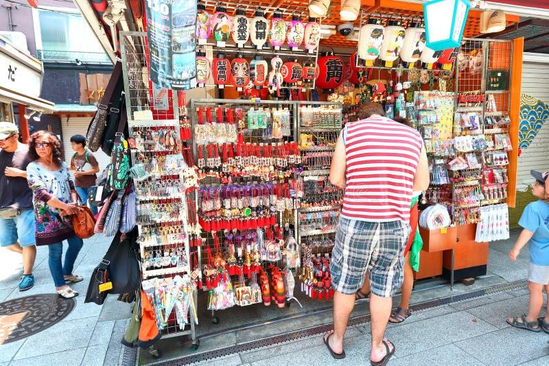 Japón: Dori de Nakamise en Asakusa, Tokio fotos de archivo