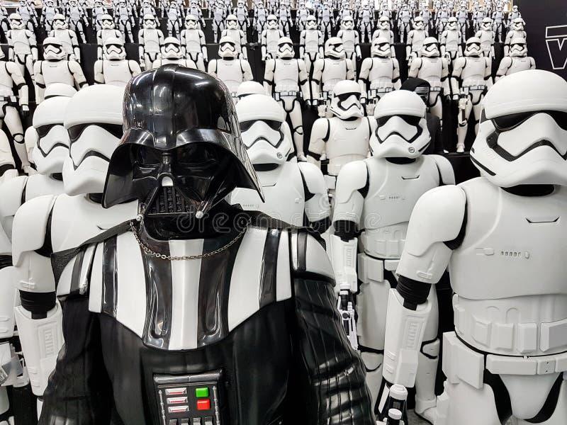JAPÓN, TOKIO, Akihabara, 10 - julio de 2017: La exposición modela las figuras stormtroopers y Darth Vader de las Guerras de las G imagenes de archivo