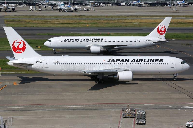 Japan Airlines Boeing 767-300 en el aeropuerto de Tokio Haneda foto de archivo
