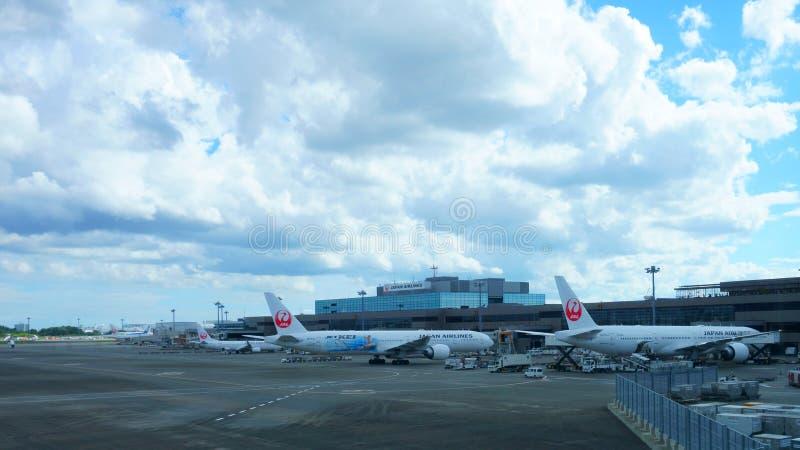 Japan Airlines of JAL-vliegtuig bij Narita Internationale luchthaven royalty-vrije stock afbeeldingen