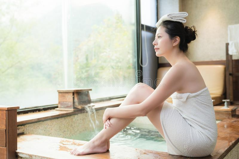 Japan flickasammanträde på poolside av Hot Springs arkivfoton