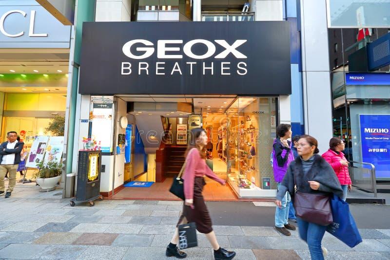 Japan: GEOX-Opslag langs straten van Ginza stock foto