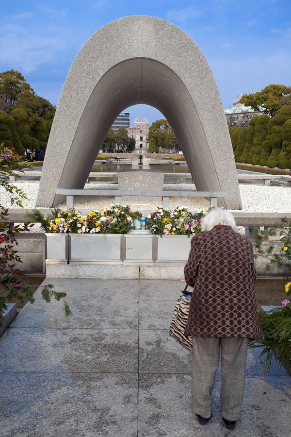Japan - Hiroshima - Gembakuen Domu och Hiroshima minnesmärkecenotafium arkivbilder