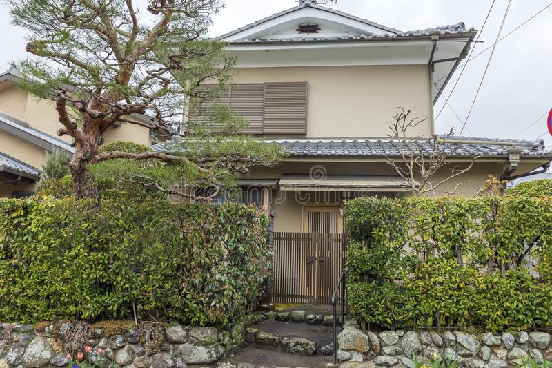Japan Kyoto, 04/07/2017 Traditionell japansk husfasadsikt royaltyfri fotografi