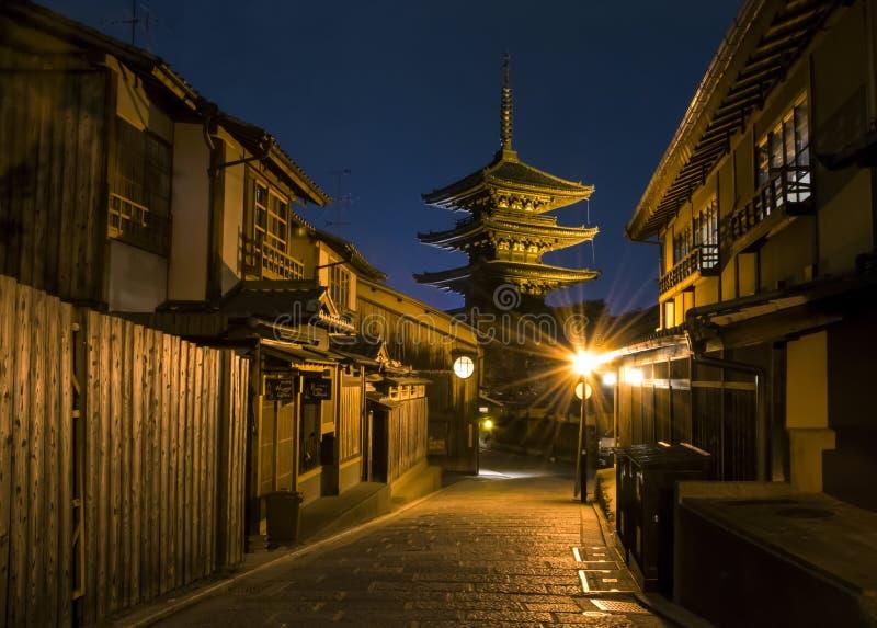 Japan Kyoto - Yasaka-Pagode en de Straat van Sannen Zaka in de nacht & x28; Zwart-wit & x29; stock afbeeldingen
