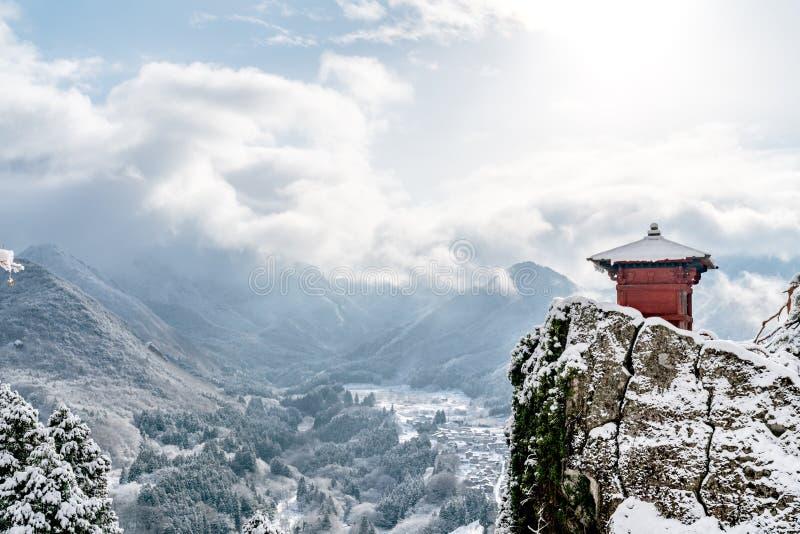 Japan-Landschaftsszenische Ansicht der roten Halle gehockt auf Felsenklippe, yamadera Schreintempel, Präfektur Yamagata, tohoku R stockbilder