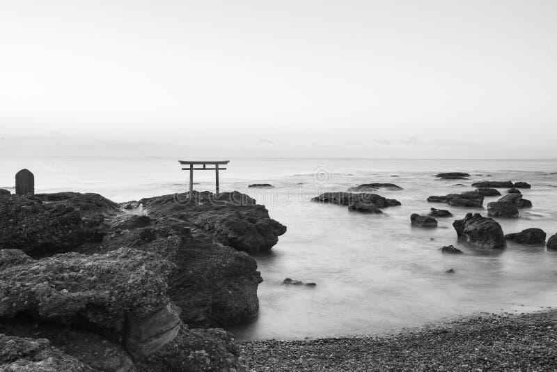 Japan landskap av den traditionella japanska porten och havet på Oarai Ib royaltyfri fotografi