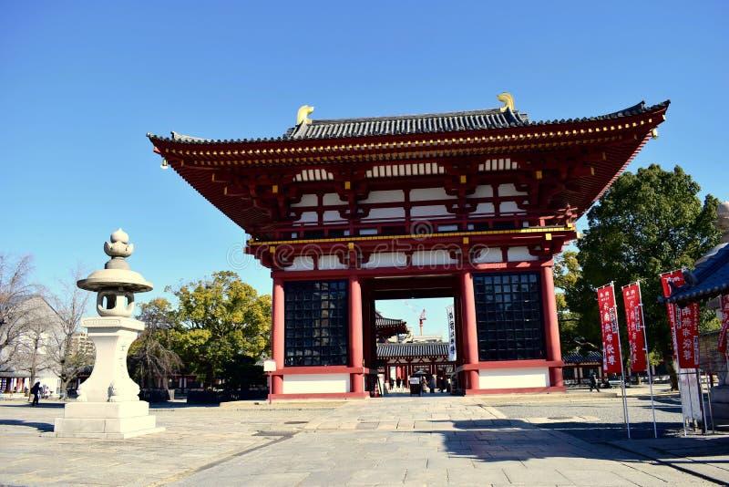 Japan Osaka Shitennoji tempeldörr i en solig dag royaltyfri foto