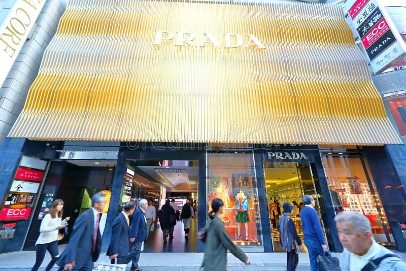 Japan: Prada-Opslag langs straten van Ginza stock foto's