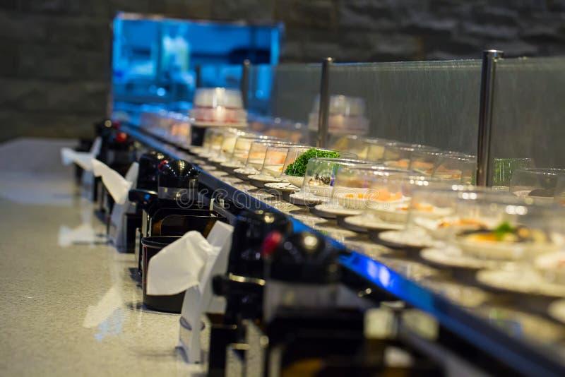 Japan-Restaurantsushiförderer oder Gurtbuffet stockfotos
