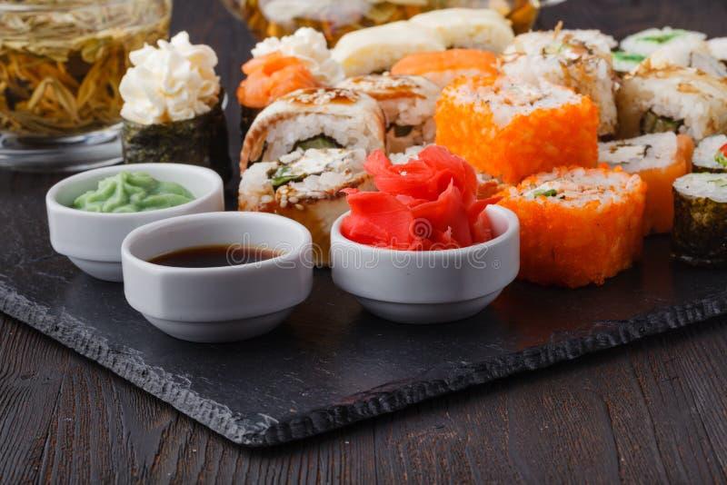 Japan rullar med fisken och ris, hög asorted på tabellen fotografering för bildbyråer