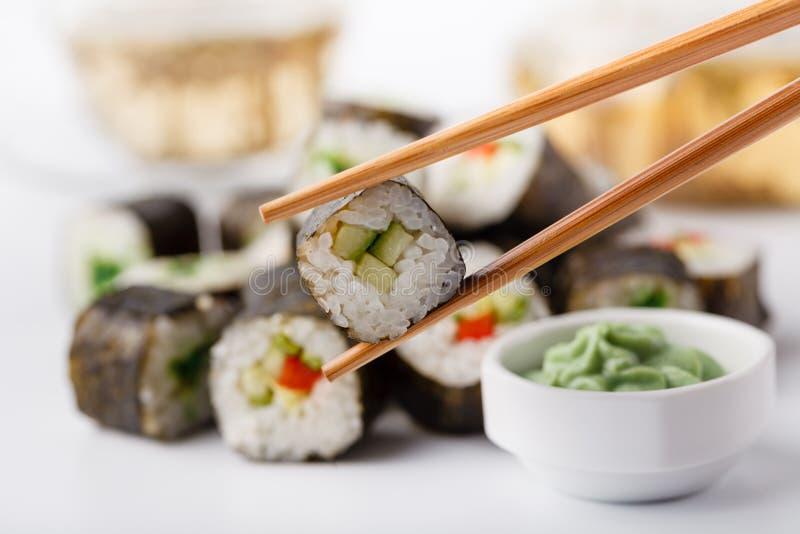 Japan rullar med fisken och ris, hög asorted på tabellen arkivfoto