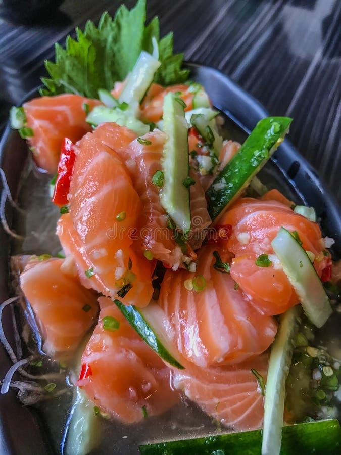 Japan Salmon Tataki, Salmon Spicy Salad, thailändsk utformad japansk mat royaltyfri foto