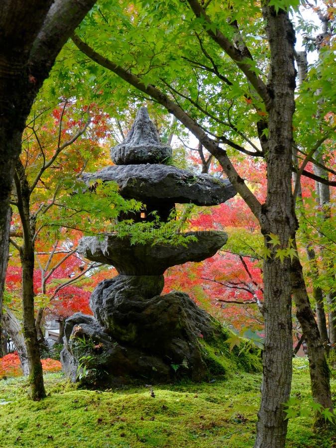 Japan stenar lyktan p? den Eikando templet i Kyoto arkivfoto