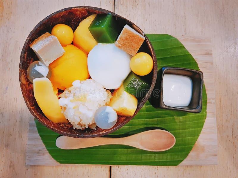 Japan-stil glass med mango och tärnad pudding royaltyfri fotografi