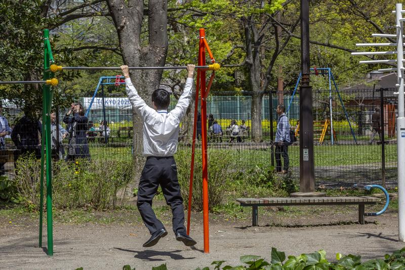 Japan, Tokyo, 04/12/2017 Geschäftsmann strebt herein Sport im Park an lizenzfreies stockbild