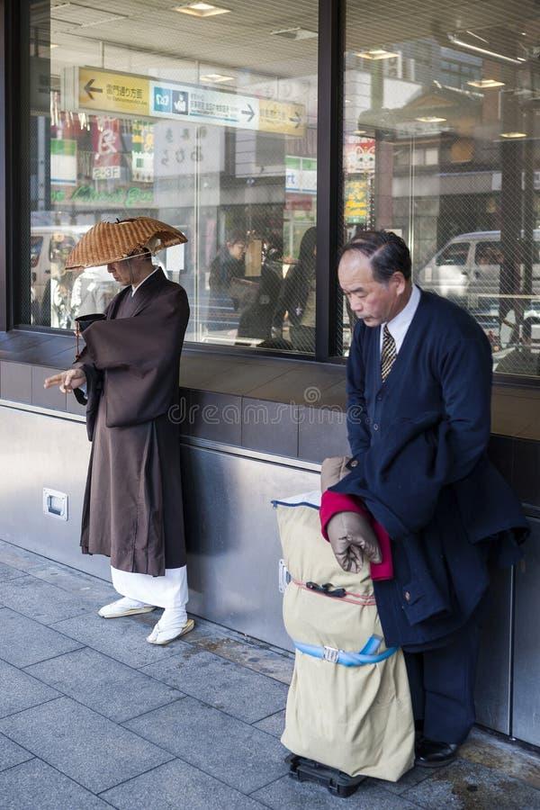 Japan - Tokyo - traditionele kleding dichtbij de Nakamise-het Winkelen Straat stock foto