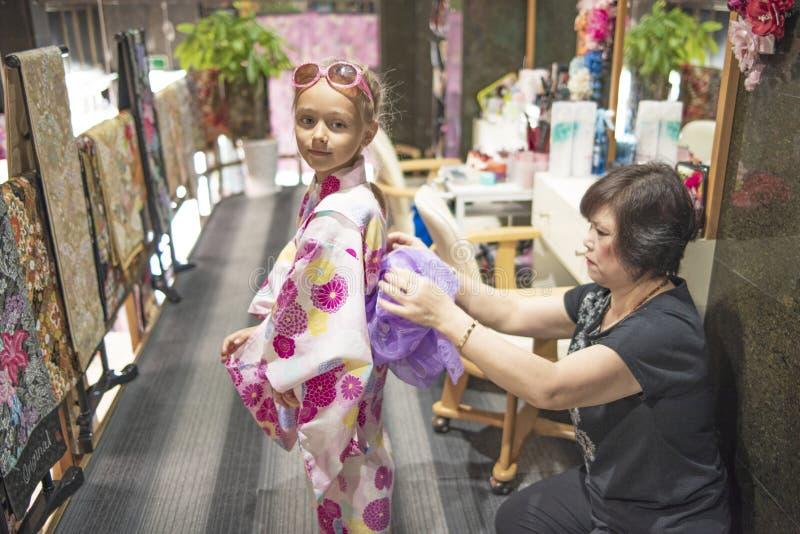 20 08 2018 japan Une jolie fille dans un kimono Le kimono est le populaire us? de robe traditionnelle au Japon Fille europ?enne d images stock