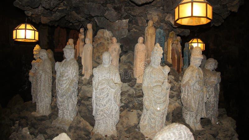 JapanBoeddha statyer i grotta av Kosanji Temple i Japan royaltyfri bild