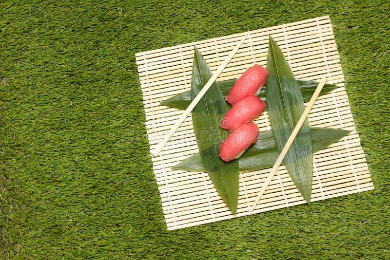 Japaneese食物 烹调寿司的手 免版税库存图片