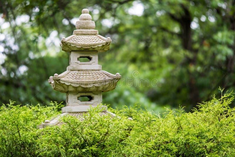 Japaneese trädgårdstaty av en pagod royaltyfri fotografi