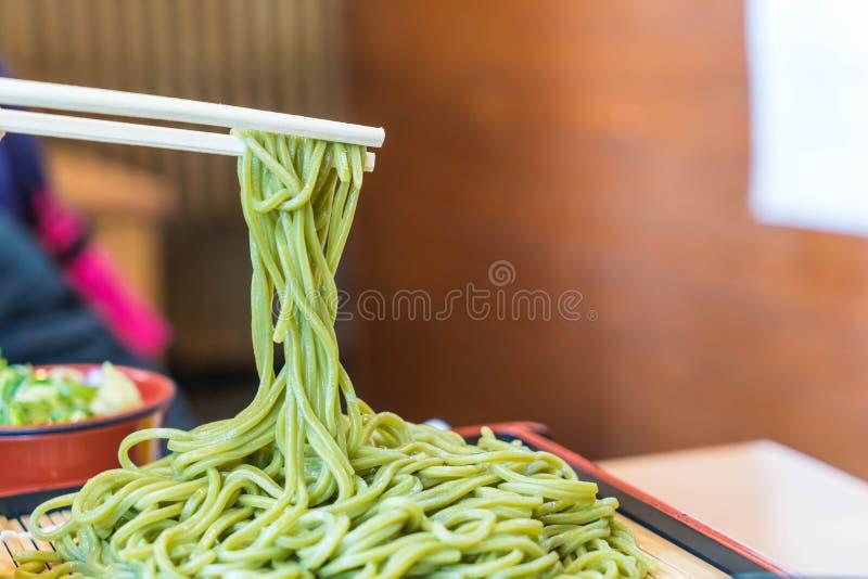 Japaner Cha Soba (grüner Tee Soba) im Teller lizenzfreie stockfotos