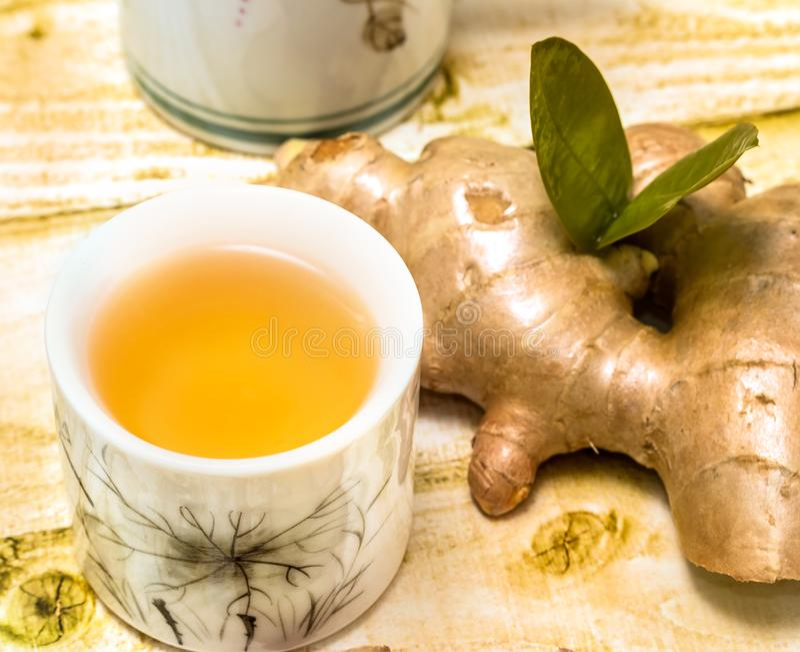 Japaner Ginger Tea Means Refresh Organics und Teetassen stockfoto