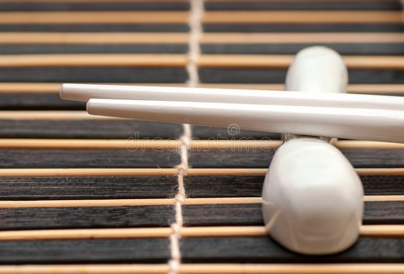 Japaner haftet hashi auf dunkler Matte lizenzfreies stockbild