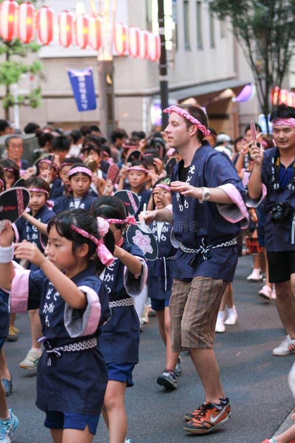 Japaner scherzt traditionellen Tanz lizenzfreie stockfotos