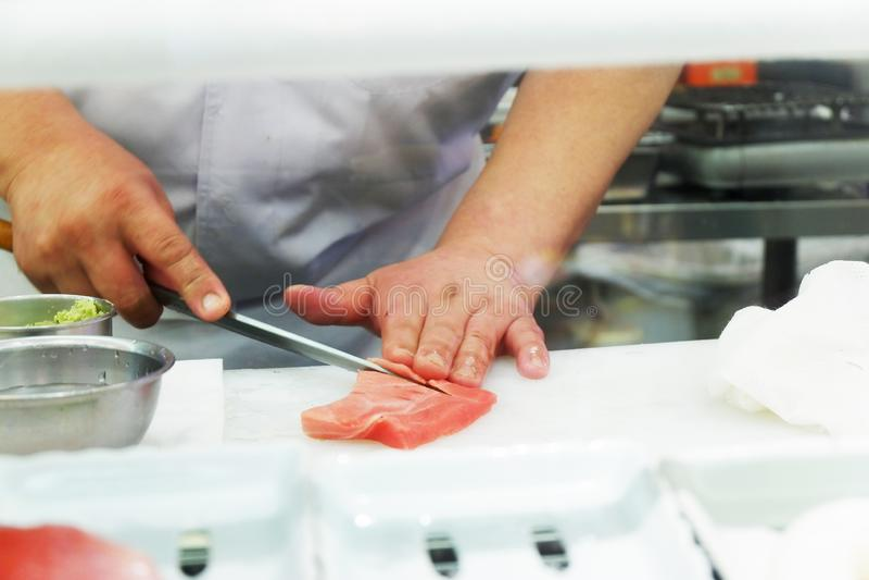 Japanese-Nahrungsmittelsushi und -sashimi koch des asiatischen Chefs Live stockfotografie