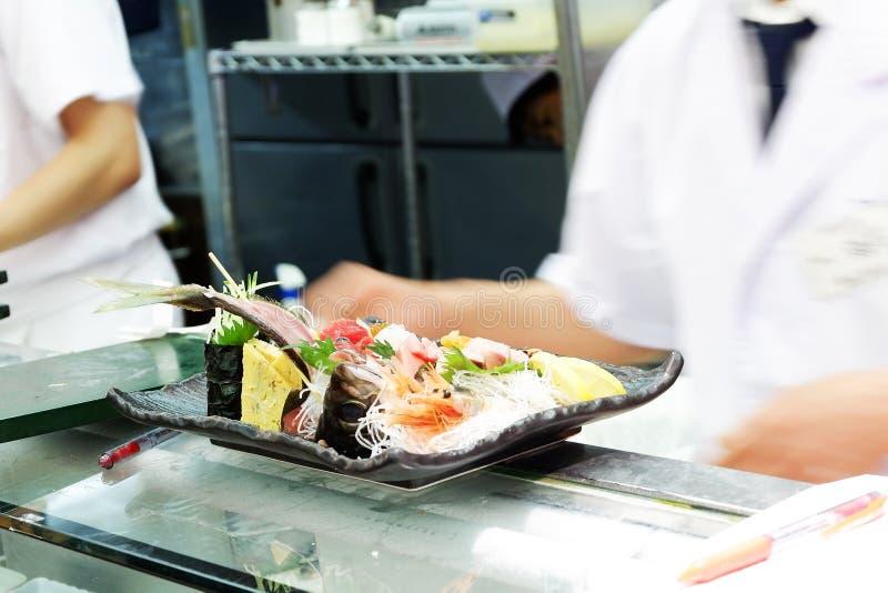Japanese-Nahrungsmittelsushi und -sashimi koch des asiatischen Chefs Live lizenzfreie stockbilder