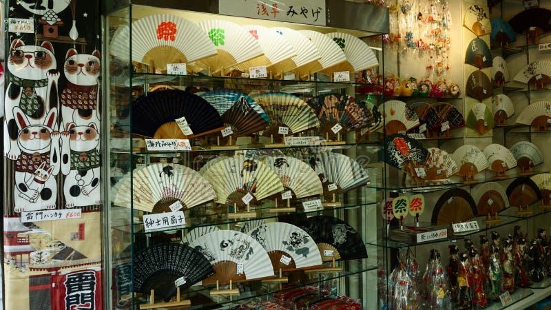 Japanische Andenken des Schaukastens Nakamise-Einkaufsstraße in Asakusa stockfoto