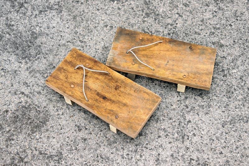 Japanische Art der hölzernen Sandalen stockfotos