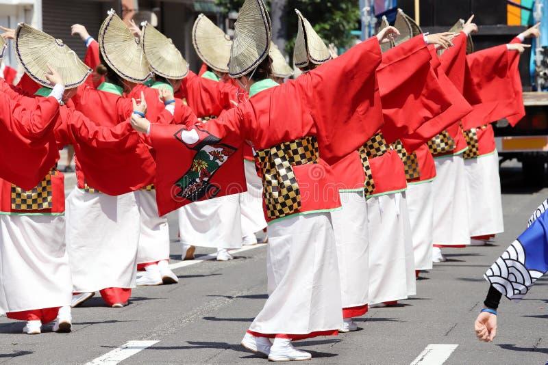 Japanische Ausführende, die in das berühmte Awaodori-Festival tanzen stockbilder