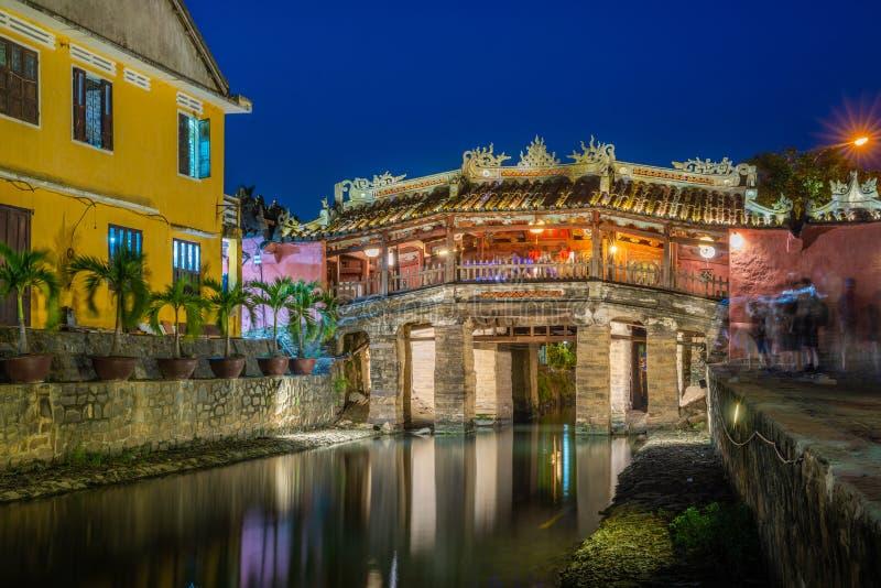 Japanische bedeckte alte Brücke und Fluss in Street in der Altstadt von Hoi An in Südostasien in Vietnam vietnamesisches Erbe und stockfoto