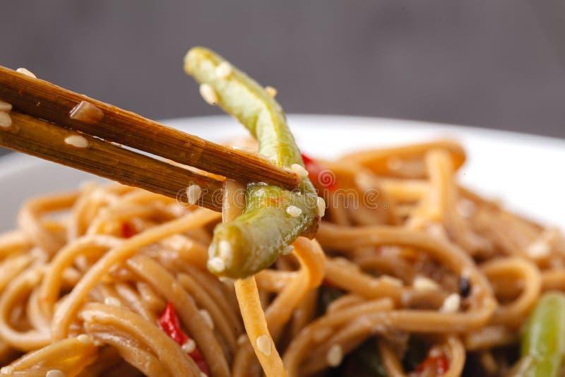 Japanische berühmte Nahrungsmittel Yakisoba Angebratene Nudeln mit Huhn und Gemüse Nahaufnahme von Essstäbchen lizenzfreies stockbild
