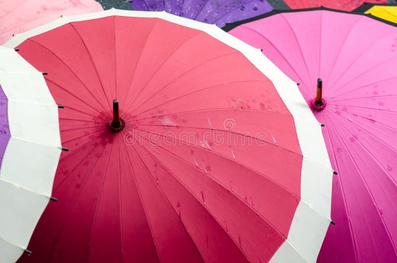 Japanische bunte wasserdichte Regenschirme für Verkauf am Straßenmarkt lizenzfreies stockbild